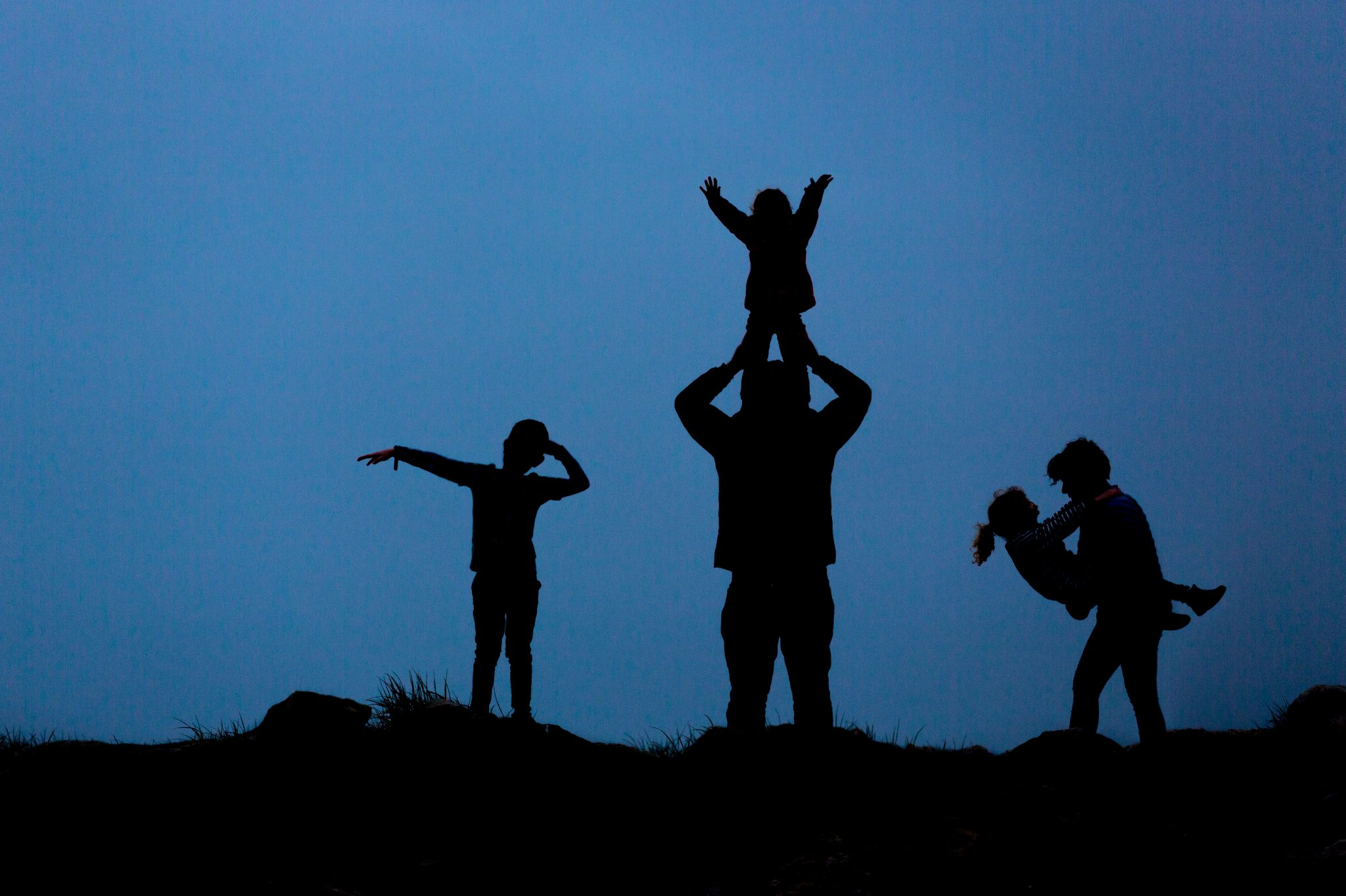 natural family photogarpher in chandlers ford - silhoutte shots at the beach